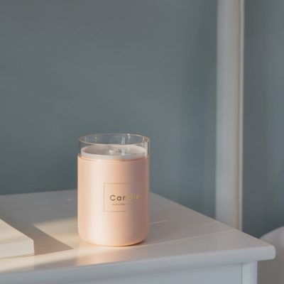 Humidificateur d'air bougie rose sur une table de chevet