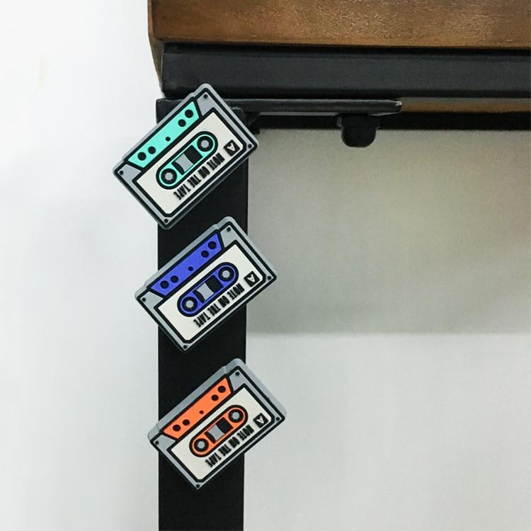 3 magnets vintage cassettes accrochés sur un pied de meuble