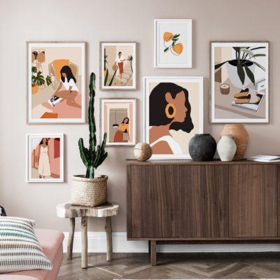 Mélange de tableaux sur un mur beige