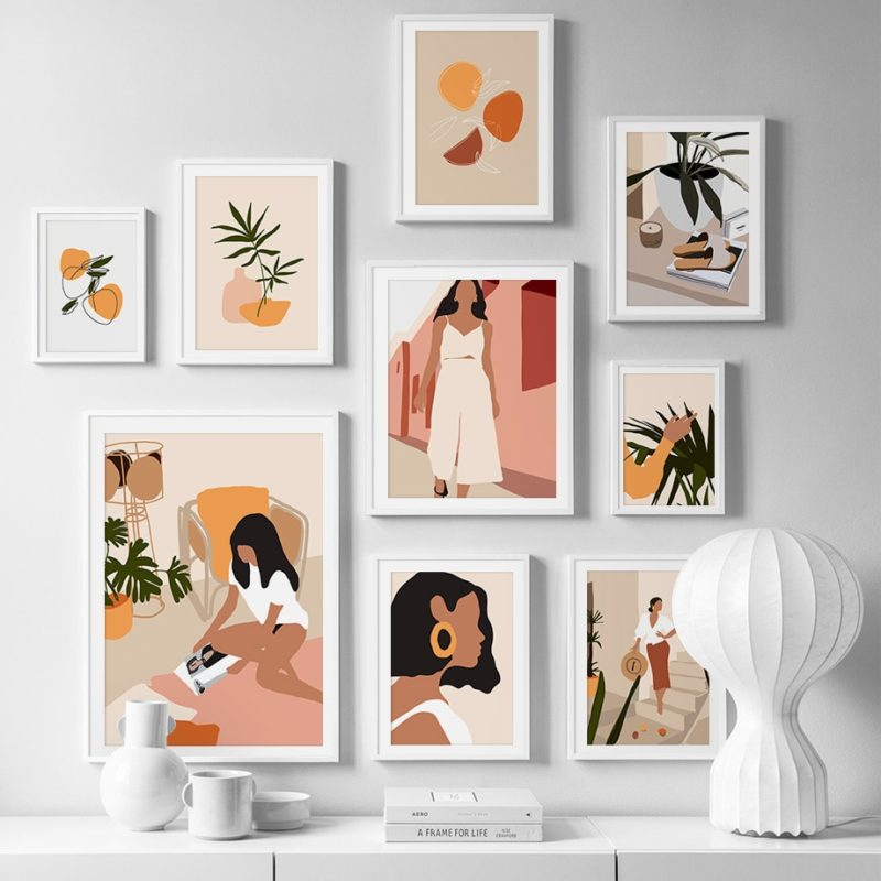 Mélange de tableaux sur un mur blanc