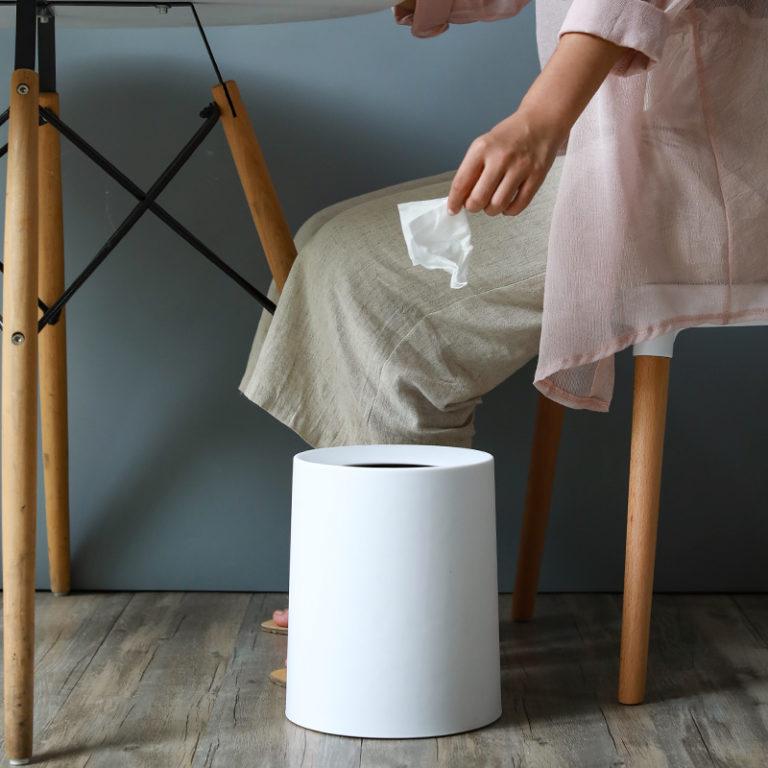 corbeille mat design blanc sur le sol