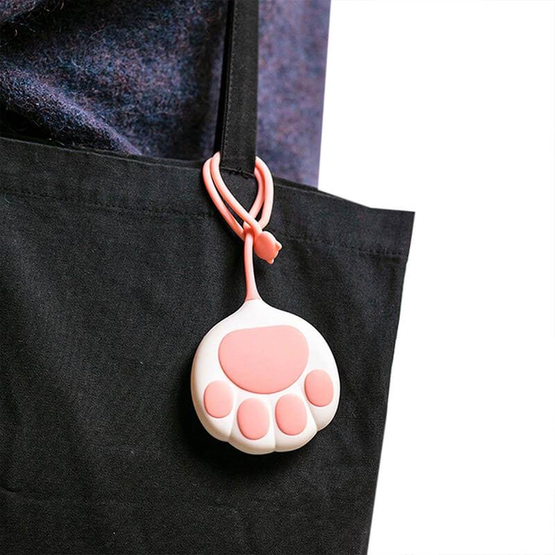 batterie patte de chat accrochée sur un sac