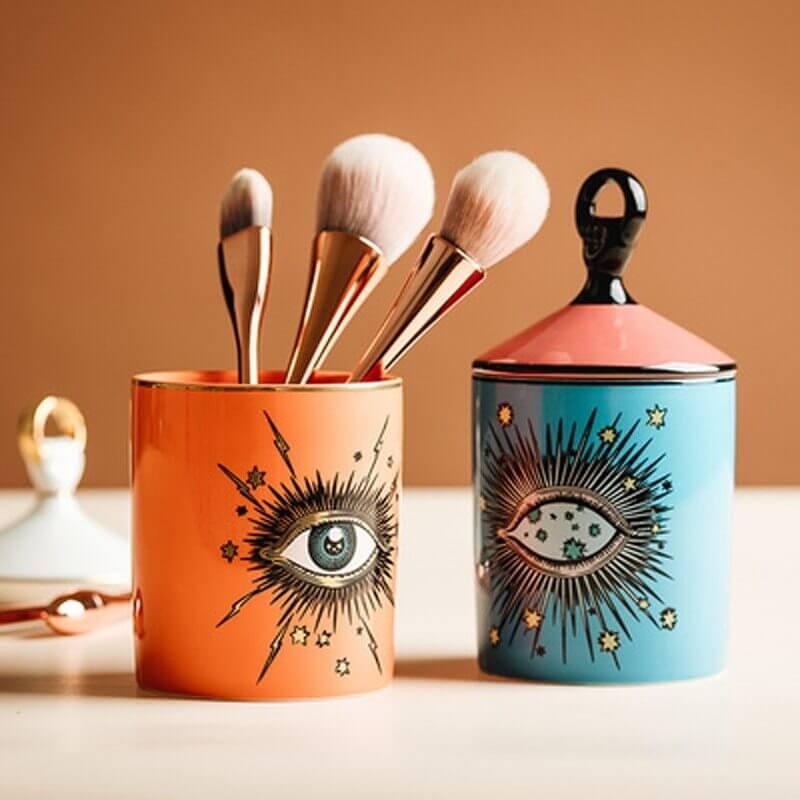 Deux pots oeil design utilisé comme pot à pinceaux de maquillage
