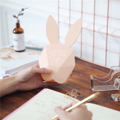 Cutty clock réveil lapin rose dans une main