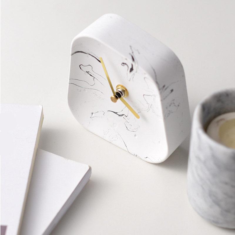 horloge de table béton noir et blanc vue de haut