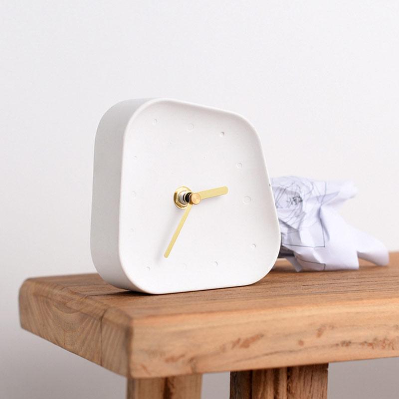horloge de table béton blanc sur table