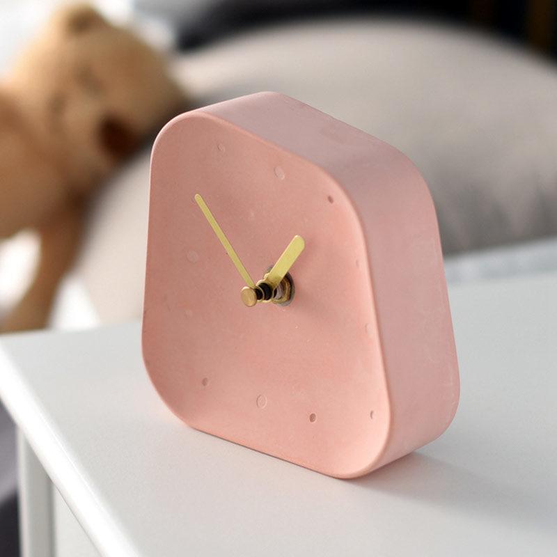 horloge de table béton rose - vue de côté