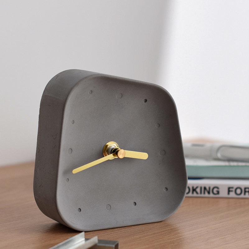 horloge de table béton gris sur table