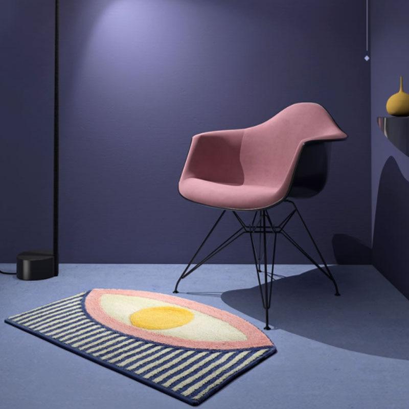 Tapis géométrique oeil dans une pièce violette