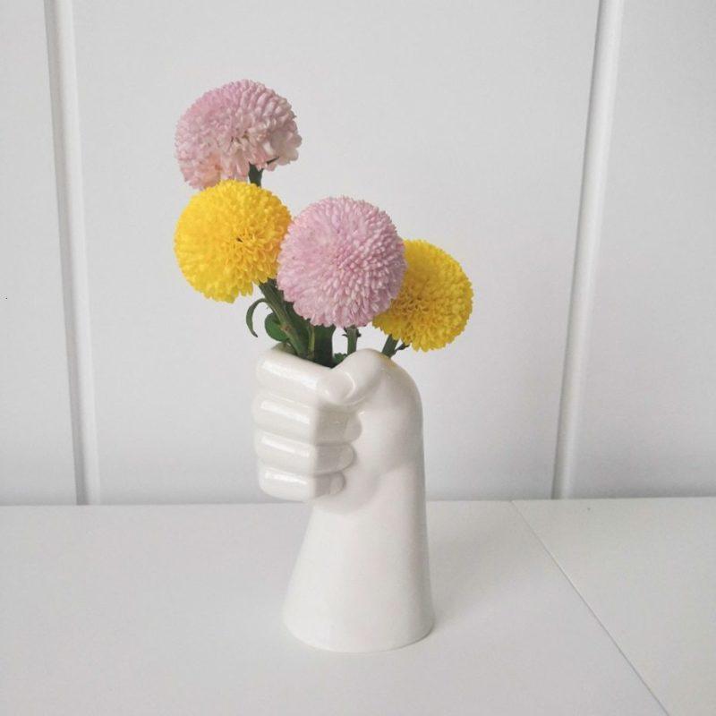 vase main en céramique avec fleurs roses et jaunes