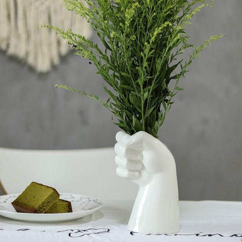 vase main en céramique avec buis