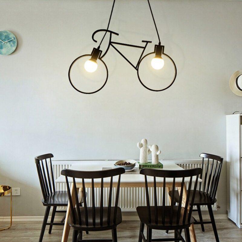 Lampe vélo noir dans une cuisine blanche