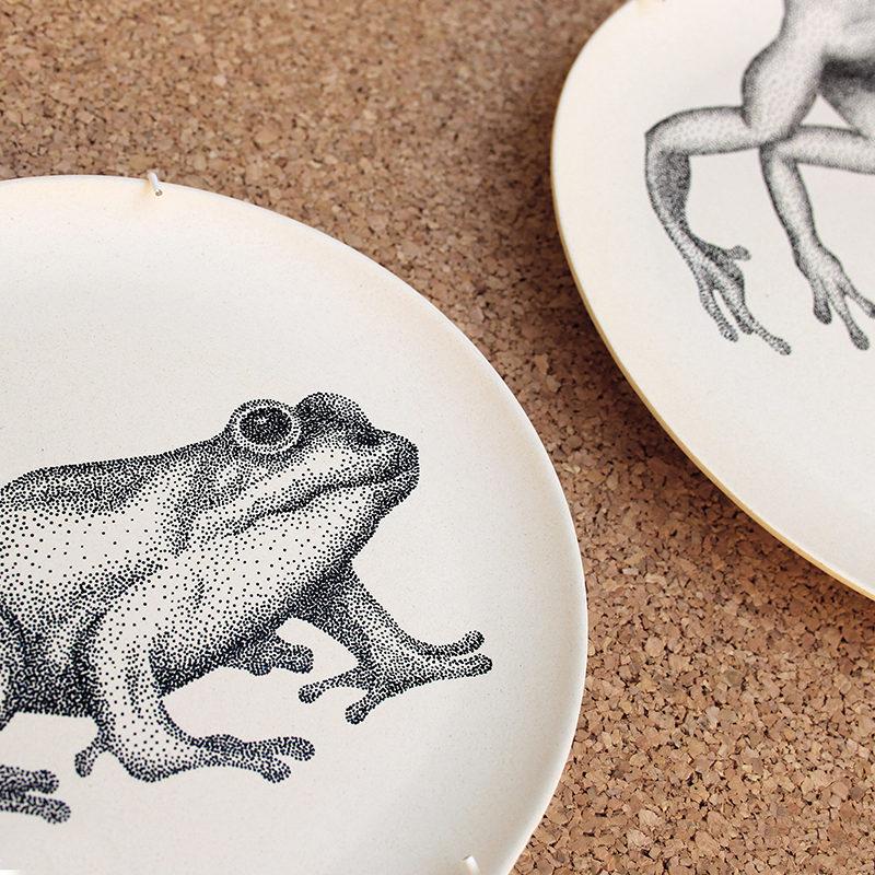 assiette grenouille - détails dessin blackwork dotwork