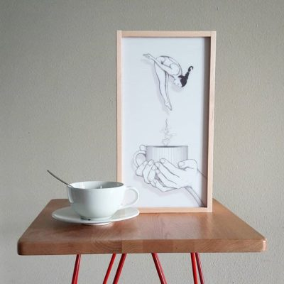 café et cadre sur une table