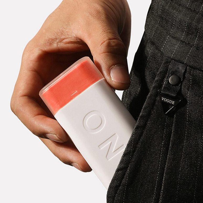 Pilulier journalier blanc dans une poche