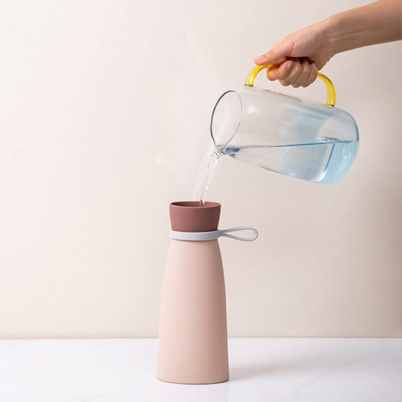 Remplissage de la bouillotte bouteille rose