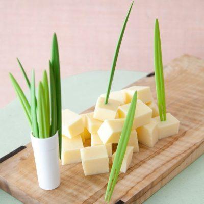 Piques apéritives bambou sur planche au fromage