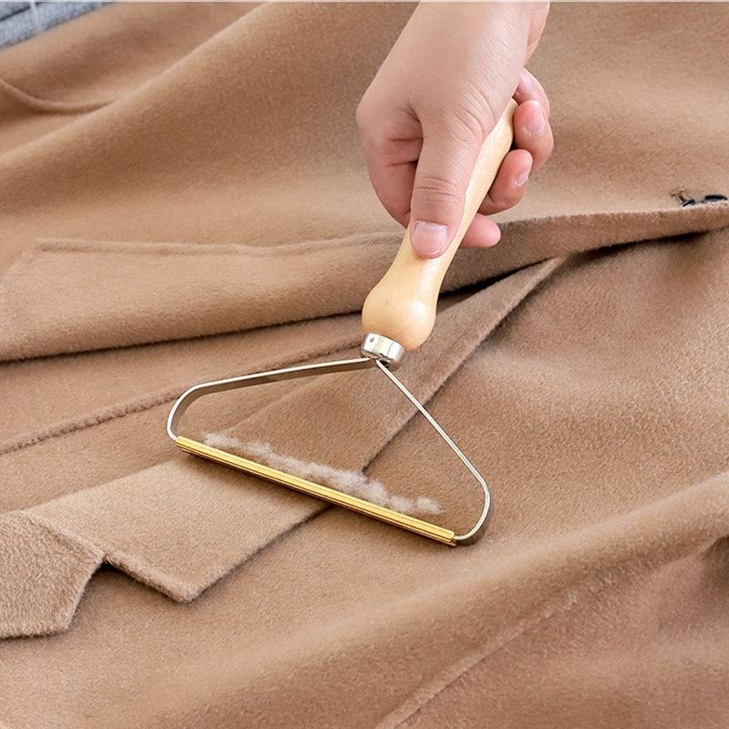 Rasoir anti-bouloche sur manteau en laine