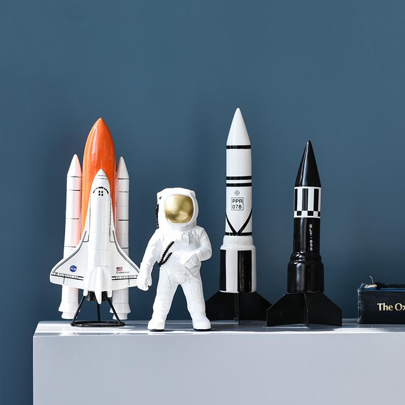 statuette astronaute et fusées