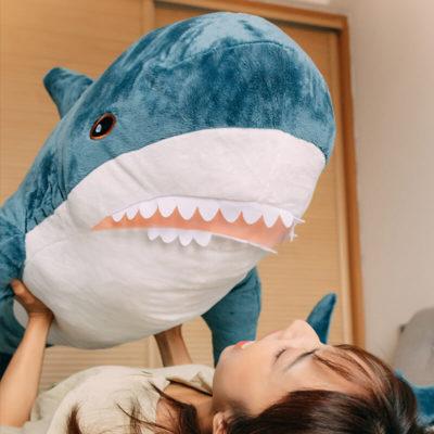 attaque de requin en peluche
