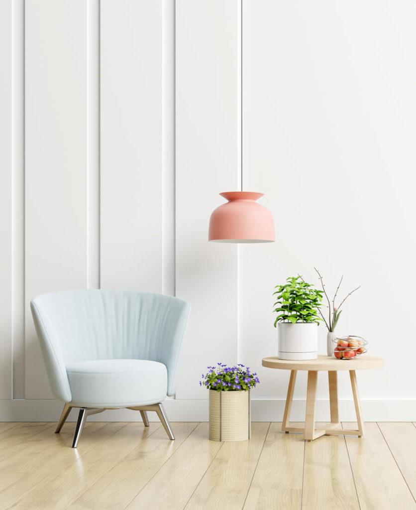 salon blanc avec lampe colorée