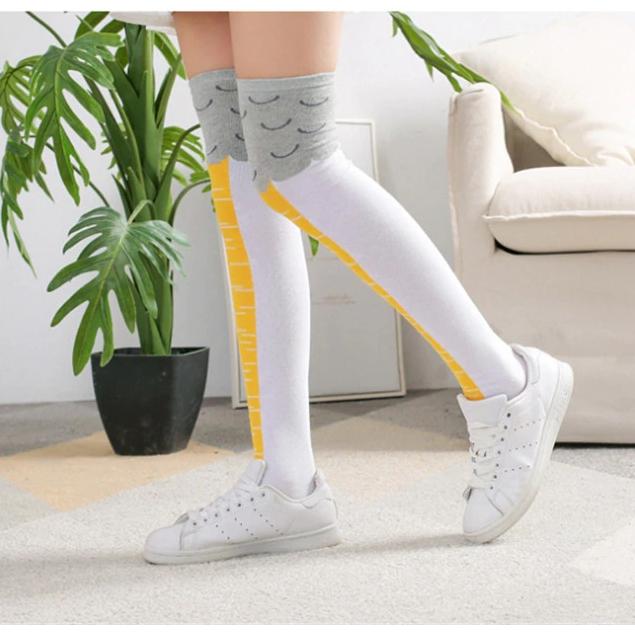 femme qui porte les chaussettes pattes de poulet blanches