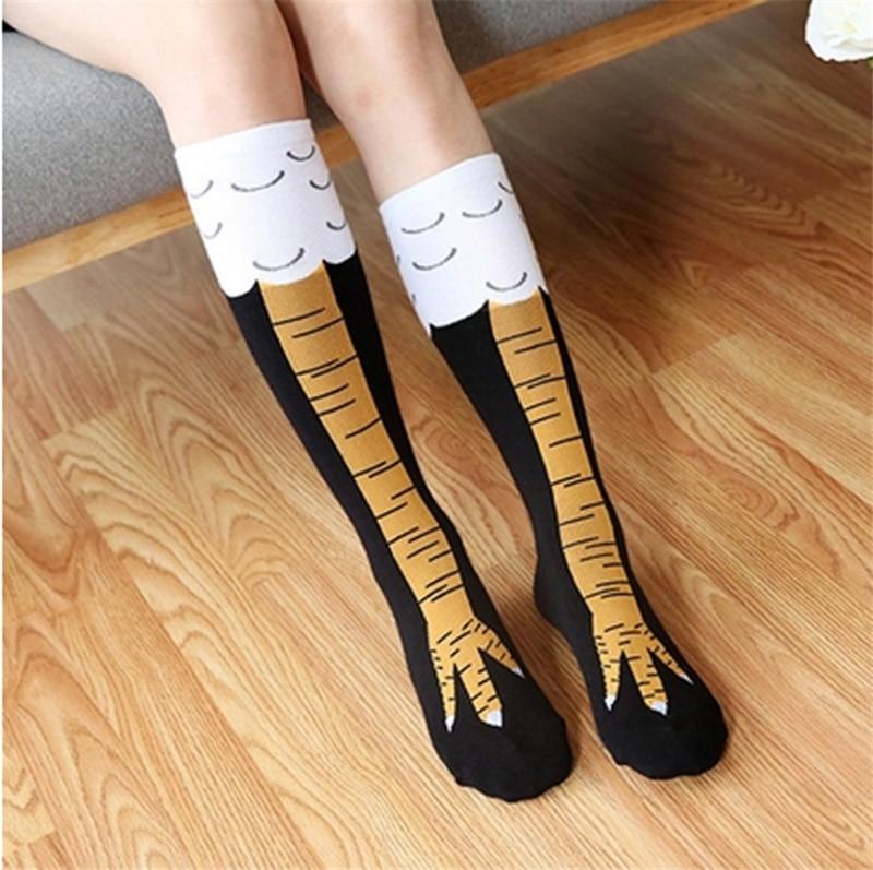 femme qui porte les chaussettes pattes de poulet