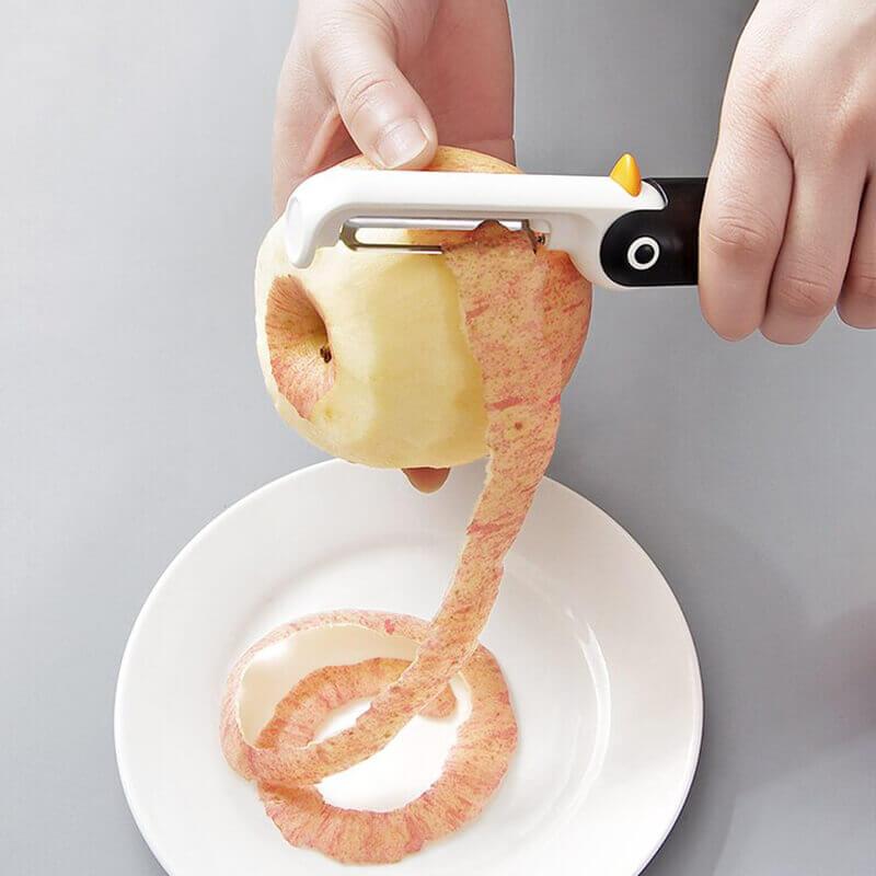femme qui épluche une pomme avec l'éplucheur pingouin