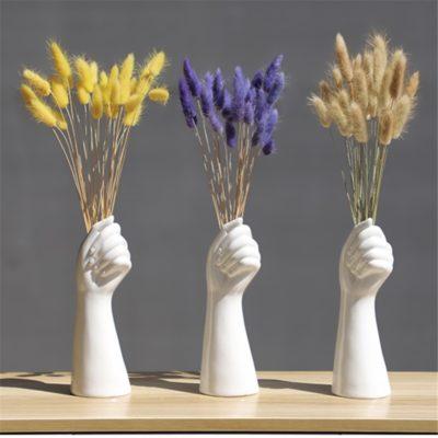 vases main avec des bouquets de fleurs