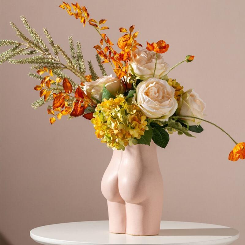 Bouquet de fleur dans un pot en forme de fesses