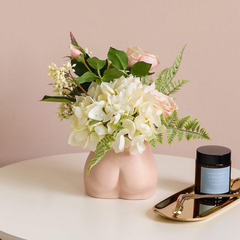 bouquet de fleurs blanches dans un vase fesse