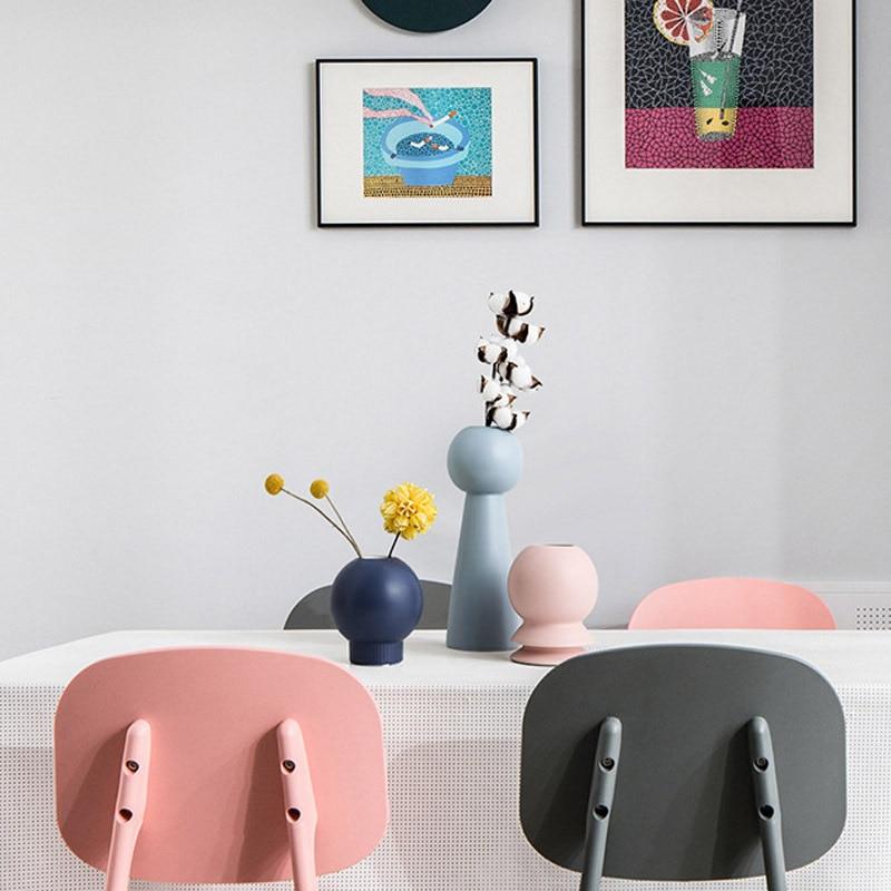 Vases design sur une table de salle à manger
