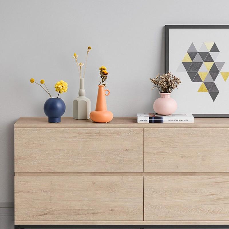 Vases design géométrique sur un meuble de salon