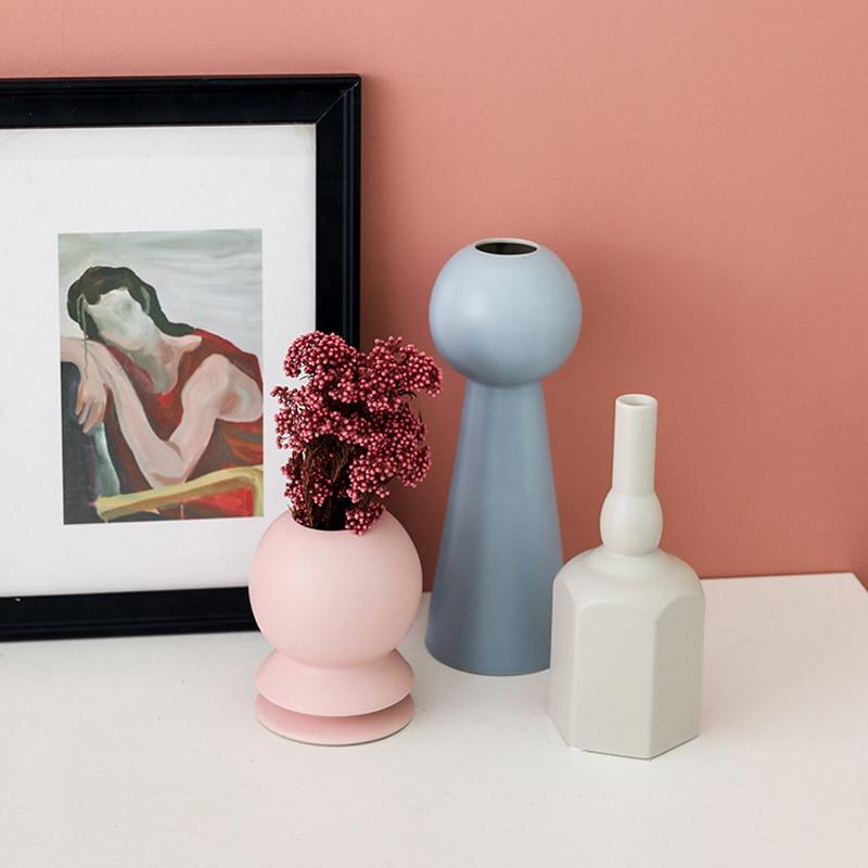 Trois vases géométriques colorés