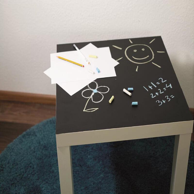 Hack d'une Table ikéa LACK avec du tableau noir adhésif