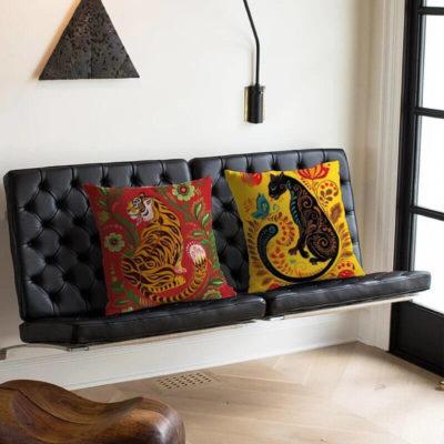 coussin design tigre sur un canapé